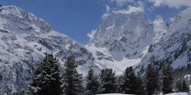 Umweg mit Gewinn: Mächtig steht der Mont Collon über dem Talschluss von Arolla. Foto: Stefan Herbke