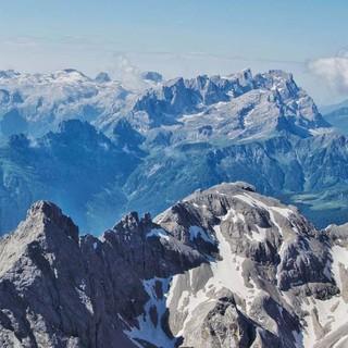 Mit Seilbahnhilfe geht es von Malga Ciapela auf die Punta Rocca (3250 m) auf der Marmolada - und zu grandioser Dolomitenrundsicht, hier auf die Pala-Gruppe. Foto: Joachim Chwaszcza