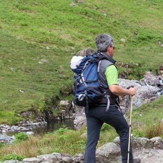 Romantischer Zustieg - Ralf Kirbach überquert die malerische Lingcove Bridge im einsamen Eskdale am Fuße des Scafell Pike.