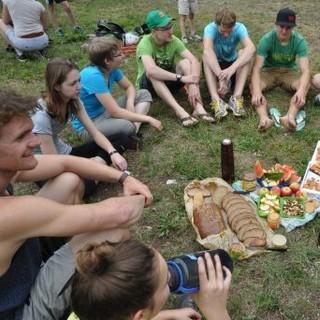 nachhaltige Brotzeit im Gelände. Foto: JDAV / Lena Behrendes