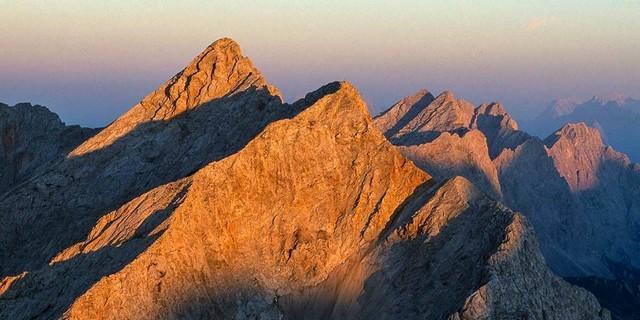 Wer eine Stirnlampe für den Abstieg hat, kann die Abendstimmung auf den Gipfeln genießen. Foto: Heinz Zak