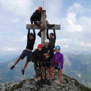 Klettersteiggruppe beim Gipfelbild. Foto: Lena Behrendes