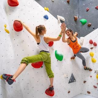 Zwei Boulderinnen bei Kletterspiel. Foto: JDAV / Silvan Metz