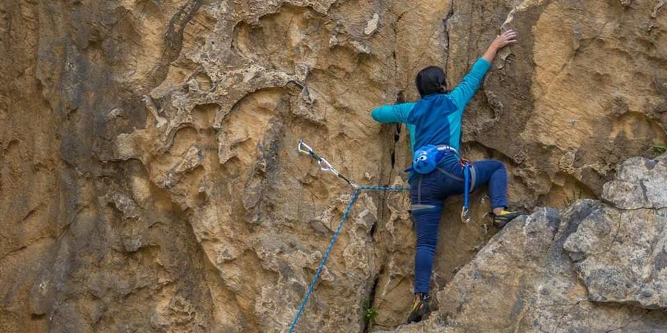 """Der große Steinbruch Hillenberg bietet teils tolle Strukturen: Thihamy Nguyen in """"Luftnummer"""" (VI). Foto: Mathias Weck"""
