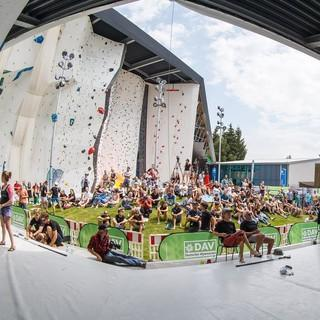 Das Kletterzentrum Augsburg bietet eine hervorragende Bühne für das Combined-Format: Das Publikum befindet sich in der Mitte, außen herum verteilen sich die drei Wände. Foto: DAV/Marco Kost