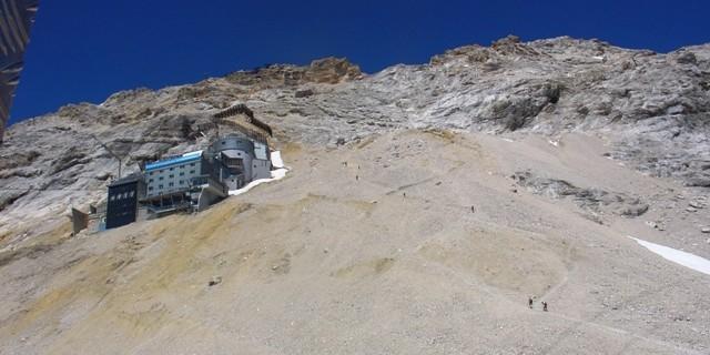 Schneefernerhaus - Die Gipfelflanke führt anstrengend durch Schutt und Felsbänder zum Südwestgrat hinauf. Bei Schlechtwetter oder Müdigkeit ab hier besser mit der Bahn von Sonnalpin zum Gipfel fahren.