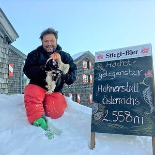 Hüttenwirt Siegfried Karl mit einem seiner 10 Hühner, Foto: Regina Hohenadler