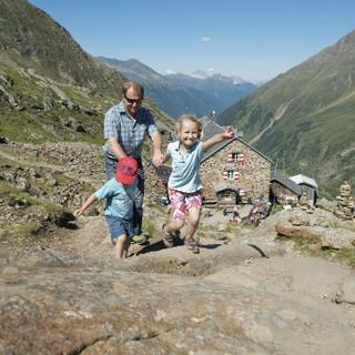 Viele Hütten bieten ein Bergferien-Programm für Familien an. Foto: Thilo Brunner