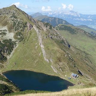 Gegenüber und unter der Henne liegt der Wildseeloder mit See und Haus. Foto: Andi Dick
