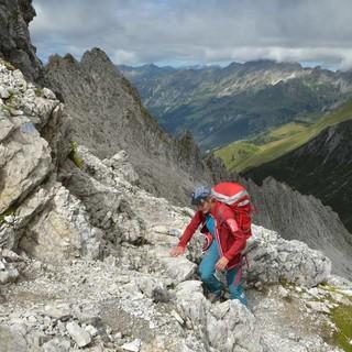 Immer schön aufpassen: Auch am Weg zur Braunarlspitze mahnen ausgesetzte Stellen zur Aufmerksamkeit. Foto: Stefan Herbke
