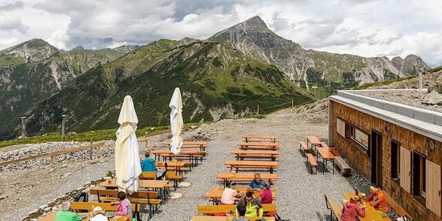 Auf der Hüttenterrasse lässt es sich mit schönem Blick auf die Bergwelt gut aushalten. Foto: Anhalter Hütte