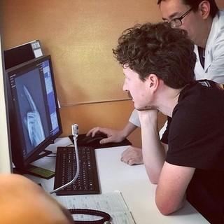 Bei der Analyse eines Fingergelenks (Foto: Andrea Chao)