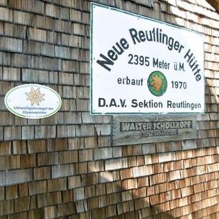 Umweltgütesiegel neben Hüttenschild, Foto: DAV/Hanspeter Mair