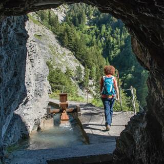 Nach Verlassen des kleinen Tunnels an der Bisse d'Ayent... Foto: Bernd Jung