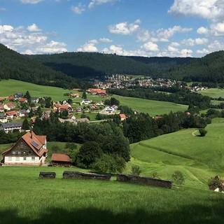 Schwarzer Wald, grüne Wiesen, ruhige Orte – Baiersbronn ist Tor zum Nationalpark Schwarzwald. Foto: Joachim Chwaszcza