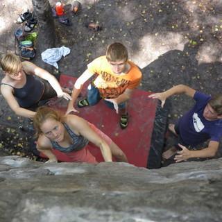Die Spotter haben gerade eine aktive Bouldererin konzentriert im Blick. Foto: Renate Hubel