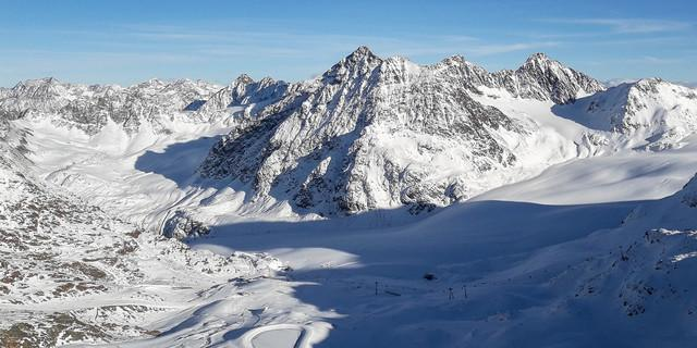 Pistenflächen auf den Gletschern Mittelberg-, Karles- und Hangender Ferner; Seilbahnstation auf dem Linken Fernerkogl: hier ist alpine Natur bedroht. Foto: DAV/Tobias Hipp