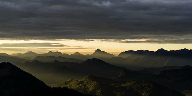 Das Wetter im Blick behalten kann vor unschönen Überraschungen schützen. Foto: DAV/Wolfgang Ehn