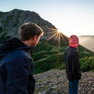 Jugendliche genießen den Sonnenaufgang. Foto: JDAV / Silvan Metz