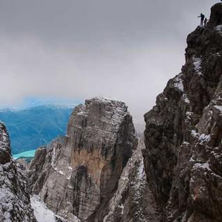Die hohen Brenta-Gipfel kleiden sich oft in lokale Nebelfelder – weit unten schimmert der Lago Molveno. Foto: Ralf Gantzhorn