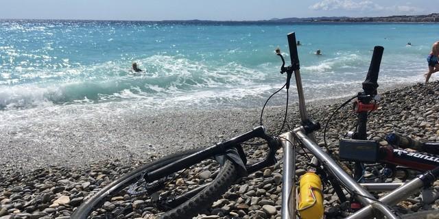 Tag 14: Verdiente Belohnung nach vierzehn Tagen im Sattel – Abkühlung im Mittelmeer.