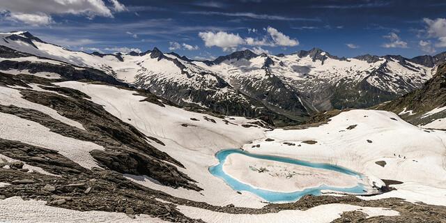 März: Wenn der Frühjahrsschnee zu schmelzen beginnt, bildet sich am Eissee unterhalb der Zsigmondyspitze in den Zillertaler Alpen zuerst ein türkisblauer Ring, Foto: Ralf Gantzhorn