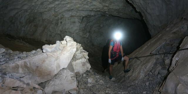 Wer die Entwicklung des modernen Klettersteigwesens geradezu unterirdisch findet, kann in der Gauerblickhöhle im Rätikon diese Empfindung real ausagieren. Foto: Andreas Jentzsch