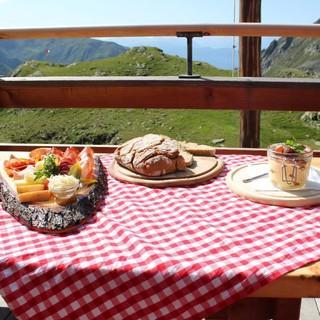 Köstlichkeiten auf der Tiefrastenhütte, Foto: Stefan Oberhollenzer