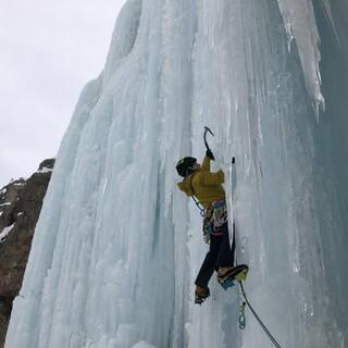 Brüchiges Eis erforderte nicht nur Hartnäckigkeit, sondern auch scharfe Eisgeräte. Foto: Luisa Deubzer