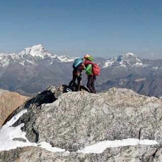 bike climb-Papert North Gipfelumarmung-Jochen Schmoll