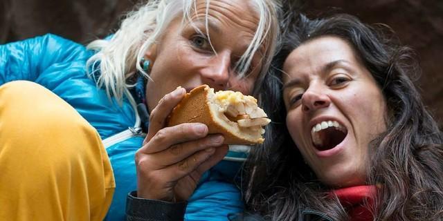 Guten Appetit! Ohne Kaloriennachschub klettert sich's halb so gern. Zum Glück ist die nächste Bäckerei nie weit. Foto: Christian Pfanzelt