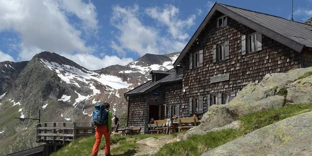 Nach anregendem Gang durch wildes Gelände endet die zweite Etappe an der Magdeburger Hütte. Foto: Stefan Herbke