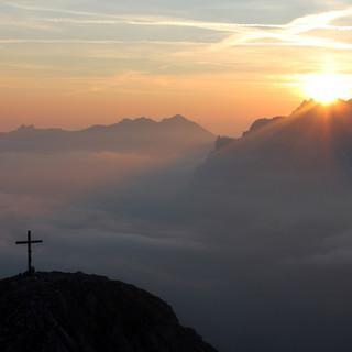 Nur am morgigen Freitag dürfte man an der Arnspitze noch einen derartigen Sonnenaufgang erleben. Foto Pröttel