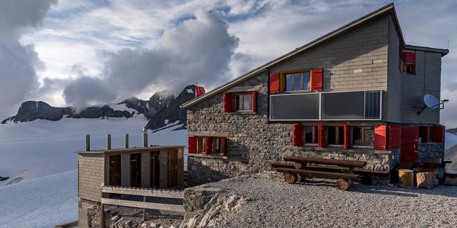 Spektakuläre Bauweise, aber innen schweizerisch praktisch und freundlich: die Planurahütte. Foto: Ralf Gantzhorn