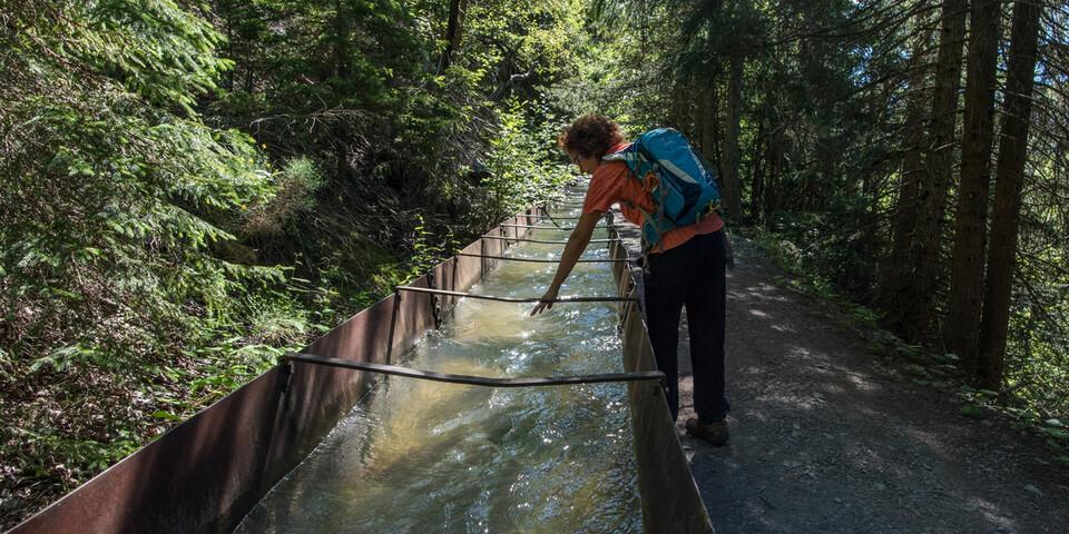Auf einem Abschnitt fließt die Bisse d'Ayent in einem metallenen Kanal. Foto: Bernd Jung