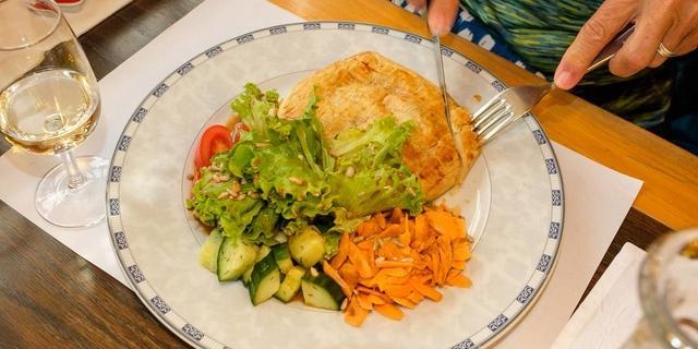 """Die """"Cholera"""" mit Salat ist ein traditionelles Gericht im Hotel Post/Simplon Dorf. Foto: Iris Kürschner"""