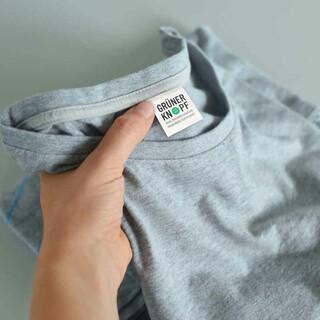 Seit einem Jahr eine Orientierungshilfe für fair produzierte Textilien: der Grüne Knopf. Foto: BMZ
