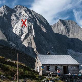 Die Scioara-Hütte vor dem Piz Cengalo. Das X markiert den Ort des Felssturzes, Foto: Ralf Gantzhorn