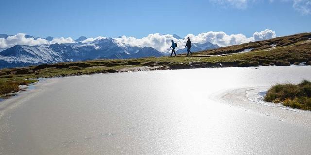 Selbst wenn die Tümpel gefroren sind, kann Wandern noch Spaß machen – hier am Güggisgrat beim Niederhorn. Foto: Bernd Jung