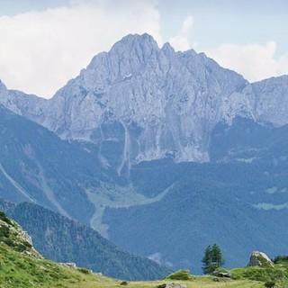 Abstieg über das sattgrüne Valle del Vò nach Ronco – im Hintergrund das Massiv der Presolana (2521 m), das an die Dolomiten erinnert. Foto: Joachim Chwaszcza