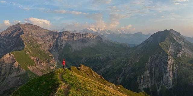 Morgenberghorn-Blick nach Westen&#x3B; der First, rechts im Bild, wäre eine (schwere) der vielen weiteren Gratwander-Optionen. Foto: Bernd Jung