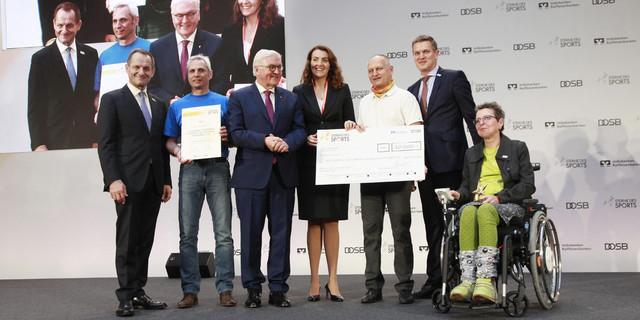 Preisverleihung mit Prominenz: Die GäMSen nehmen die Auszeichnung von Bundespräsident Frank-Walter Steinmeier entgegen, Foto: Sterne des Sports
