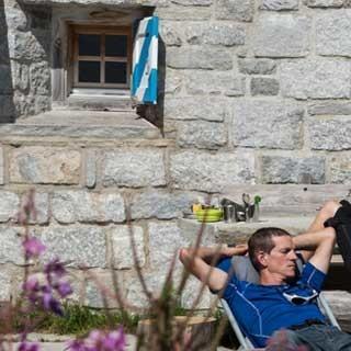 <p>Pause verdient: Auf der Terrasse der Albignahütte kann man sich's nach getanen Taten gut gehen lassen.</p>  <p>Foto: Ralf Gantzhorn</p>