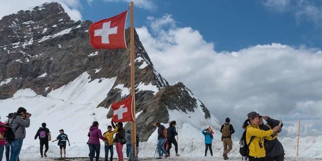 """Endlich zurück in der Zivilisation? Am Jungfraujoch, """"Top of Europe"""", reiht man sich wieder ein in den ganz normalen Tourismus. Foto: Ralf Gantzhorn"""