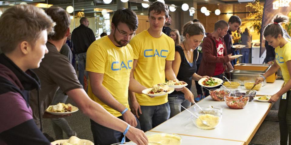 Helfereinsatz macht hungrig, Team Tübingen beim lecker Mittagessen. Foto: JDAV/ Ben Spengler