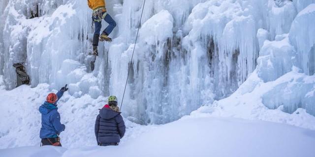 Dario Haselwarter gibt Tipps im Eispark Osttirol. Foto: DAV / Silvan Metz