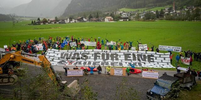 """WWF, """"Wildwasser-Erhalten-Tirol"""" und die Bürgerinitative gemeinsam gegen Bau des Wasserkraftwerks Tumpen. Foto: Gerhard Egger"""