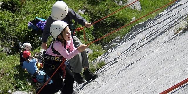 In den Bergferien können die Kinder sich ausprobieren, zum Beispiel hier beim Klettern. Foto: DAV/Ludwig Bertle