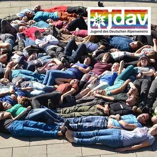 Kreis aus Menschen beim JDAV Standplatz 2018, Foto: JDAV/Hanna Glaeser
