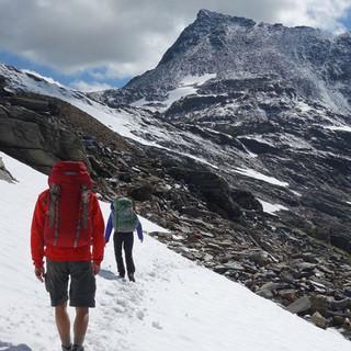 In Hochlagen der Hohe Tauern kann es auch im Sommer noch Altschneefelder geben. Foto: Christof Herrmann
